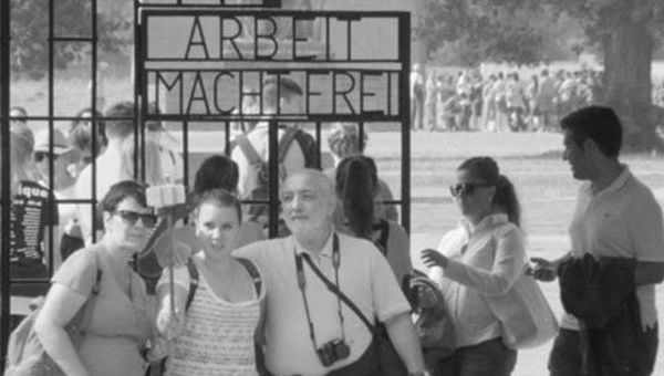 """GITA AL LAGER CON SELFIE E PANINI. ESCE """"AUSTERLITZ"""". DOCUMENTO SPAVENTOSO DELL'OBLIO O RIFLESSIONE UTILE?"""