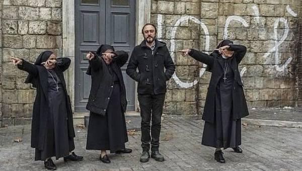 """NONOSTANTE IL COGNOME, ARONADIO FONDA LA RELIGIONE DELL'IO. MA LA COMMEDIA SUI """"CREDULONI"""" NON FARÀ ALCUN SCANDALO"""