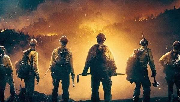 """IL FUOCO COMBATTUTO COL FUOCO. ESCE AL CINEMA """"FIRE SQUAD"""". DIMENTICARE I POMPIERI DI CITTÀ. BROLIN FA L'EROE DEI BOSCHI"""