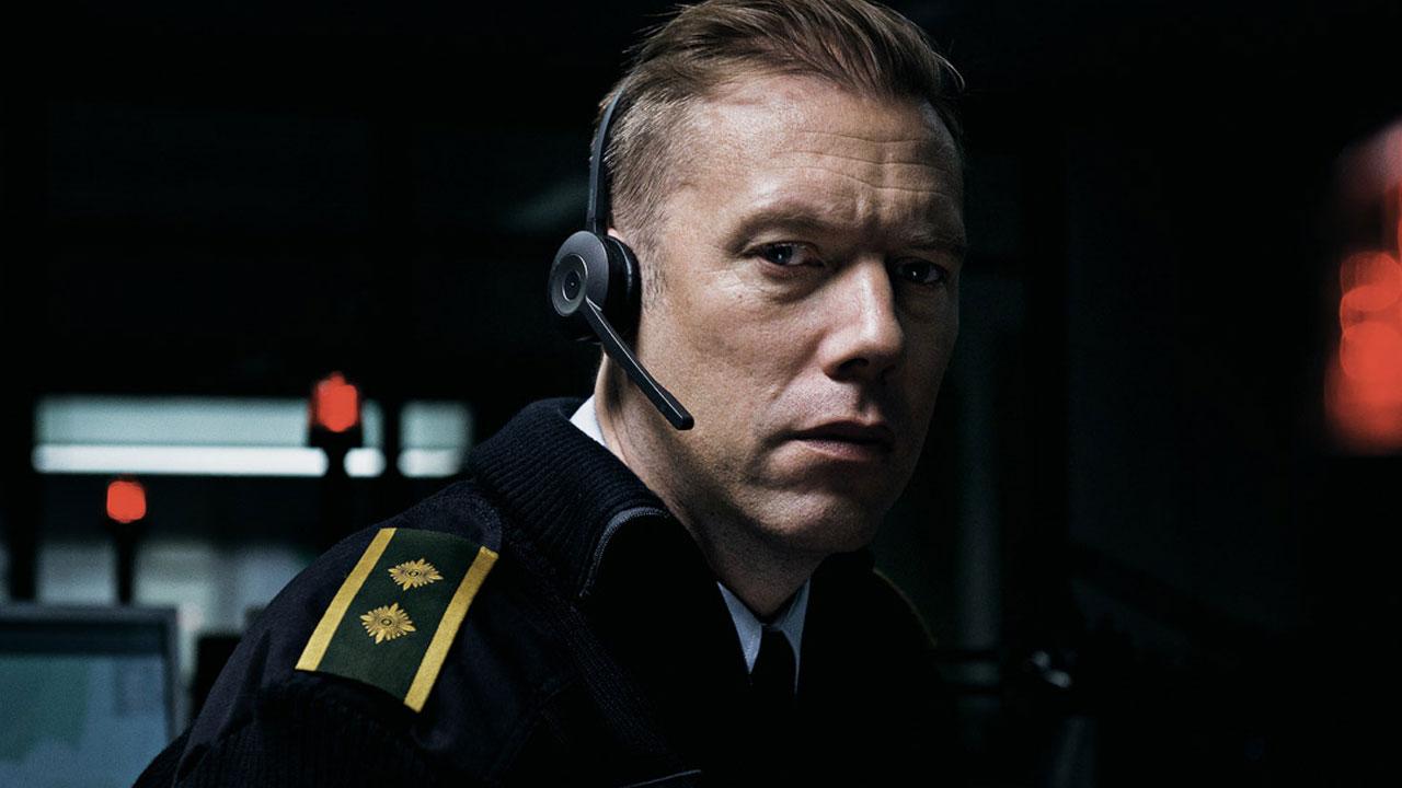 """Un poliziotto solo al telefono, una donna sequestrata. Dalla danimarca """"il colpevole"""": thriller tutto sul filo"""