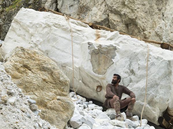 Michelangelo straccione e furente, quasi murato vivo nel marmo