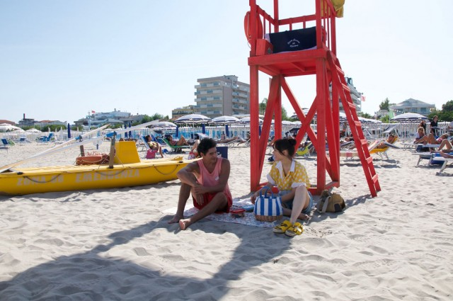 """""""Sotto il sole di Riccione"""". Tra beach volley e feste chiassose, ecco l'estate italiana nel nuovo film Netflix"""