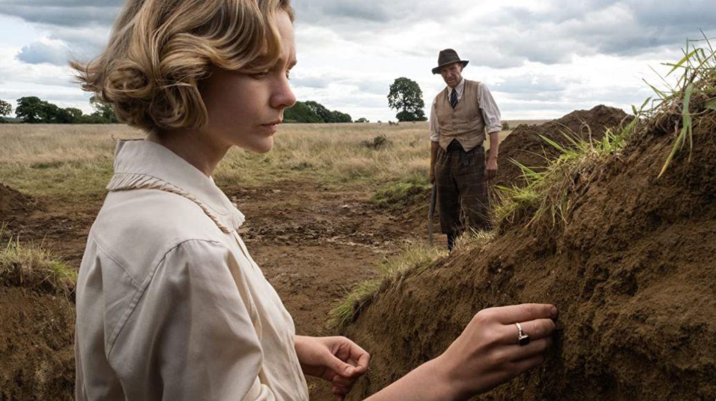 """La nave sepolta"" (Netflix): Mulligan & Fiennes archeologi dei sentimenti"