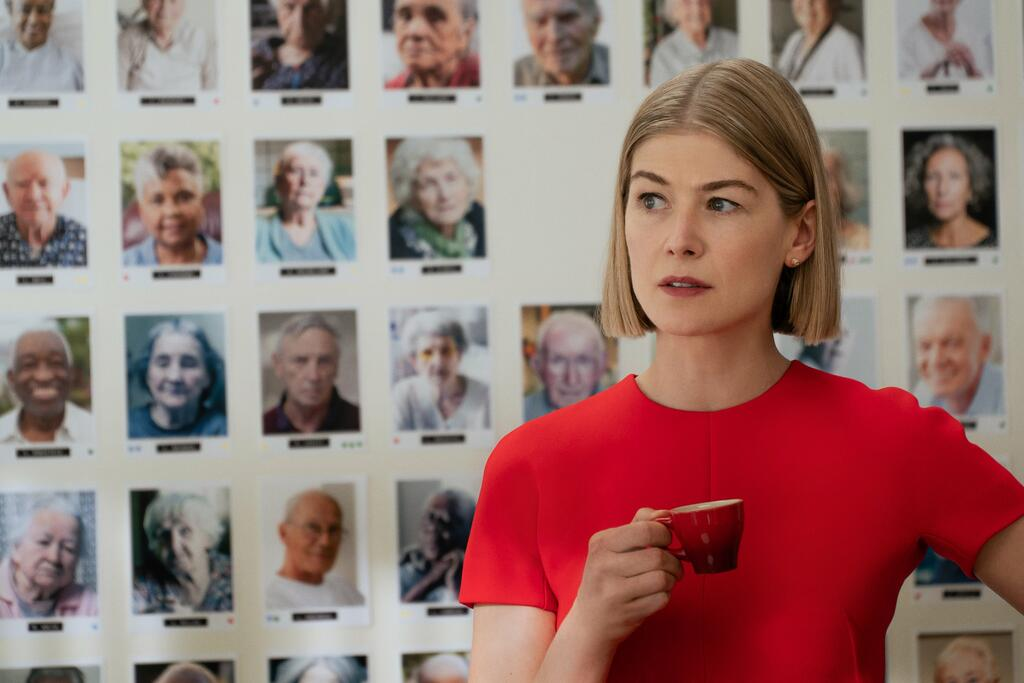 """I care a lot"". Rosamund Pike machiavellica profittatrice nella black comedy di J Blakeson"