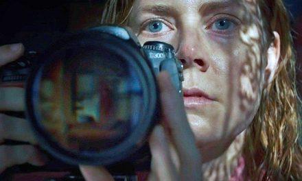 """""""La donna alla finestra"""" (Netflix): cervellotico e senza suspense. Amy Adams gioca con Hitchcock"""